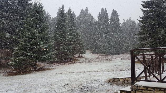 Ο χειμώνας είναι εδώ: Ποιές περιοχές «ντύθηκαν» στα