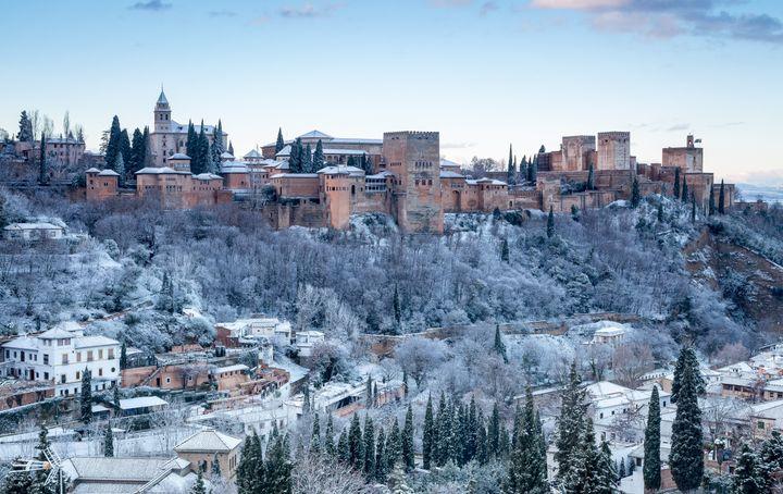 La Alhambra de Granada cubierta de nieve.