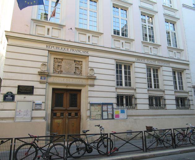 Devant une école à Paris. (photo