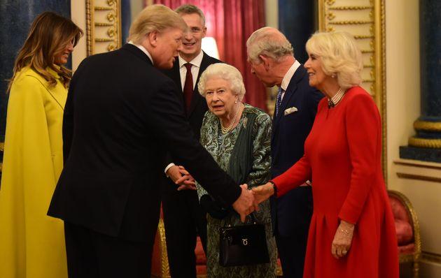 Trump infrange il protocollo e saluta prima Camilla (e lo sguardo di Elisabetta dice