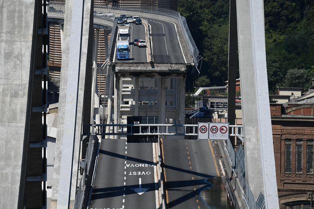 Il Ponte Morandi subito dopo il crollo, avvenuto il 14 agosto