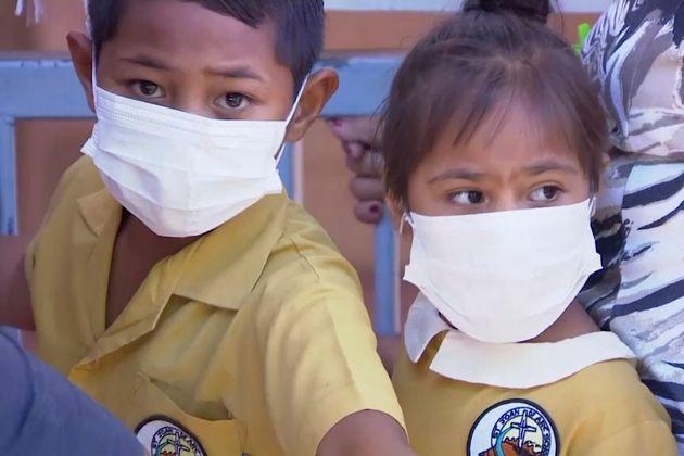 Παιδιά στη Σαμό εμβολιάζονται...