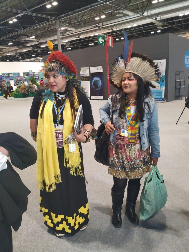 Dos mujeres indígenas en el stand de