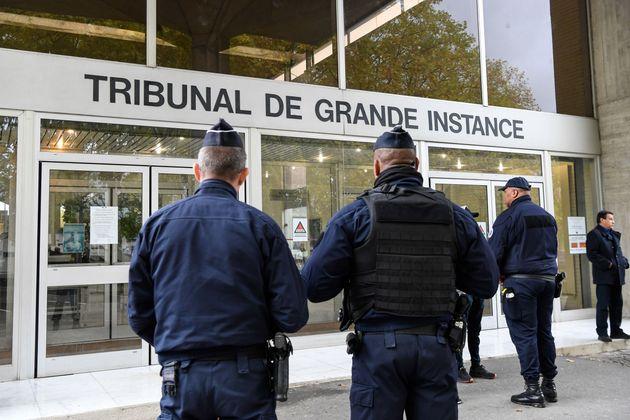 Des policiers devant le tribunal de grande instance d'Evry (Essonne) le 15 octobre
