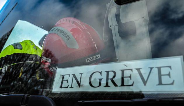 Un casque de pompier et une pancarte