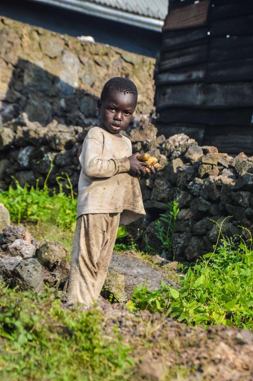 Un niño congolés, retratado el pasado octubre en Goma, mientras trata de encontrar alimentos...