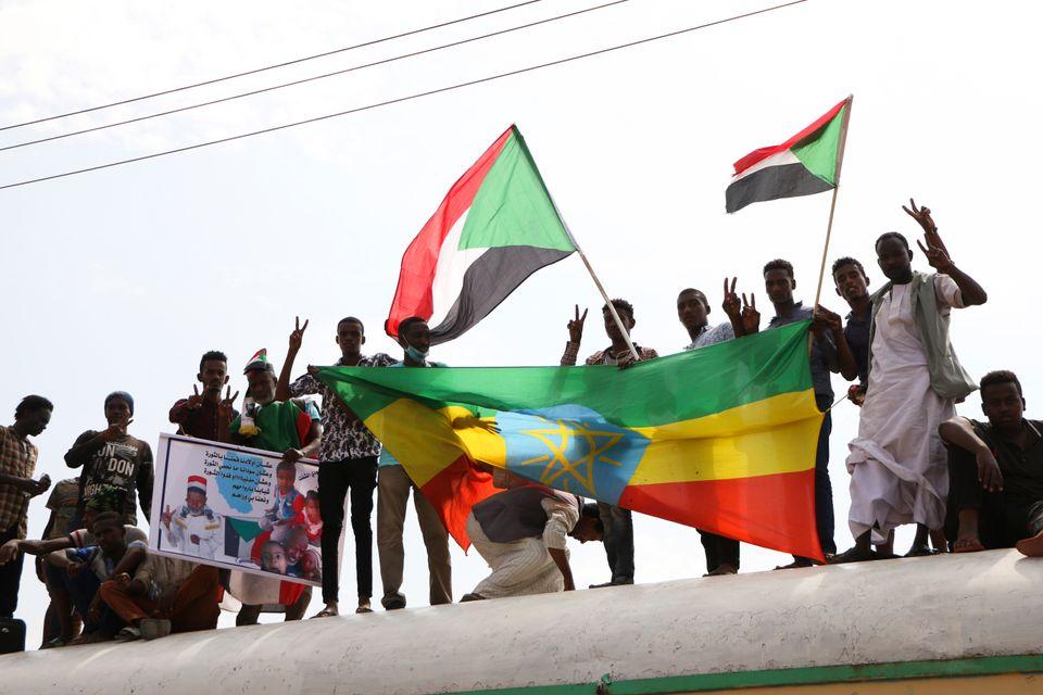 Un grupo de manifestantes prodemocracia, durante una manifestación masiva tras arrancar compromisos...