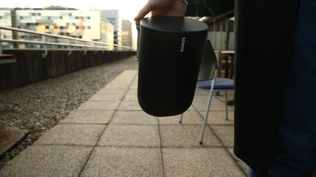 La Sonos Move pèse pas loin de 3 kg, ce qui est énorme pour une enceinte