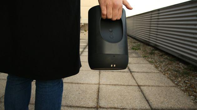 De dos, on aperçoit mieux la partie par laquelle on peut transporter l'enceinte. Le port USB-C et les...