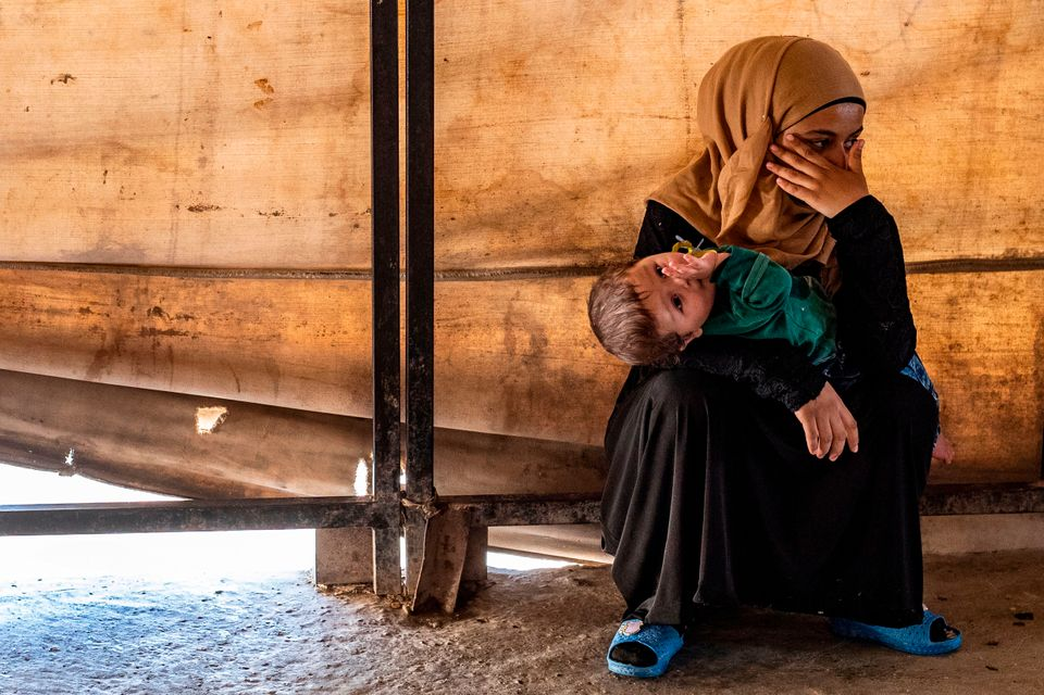 Una voluntaria cuida a un niño huérfano, hijo de un miembro extranjero del ISIS muerto...