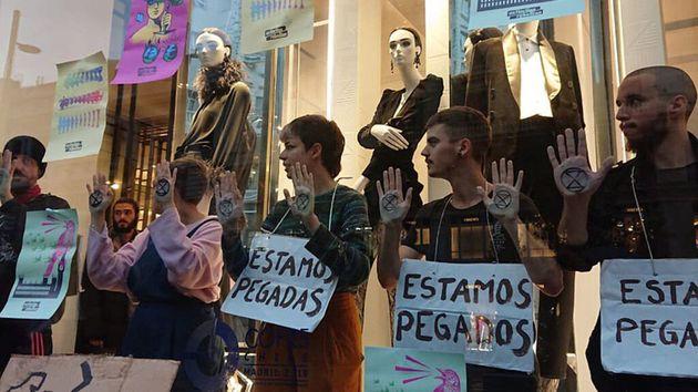 Activistas de Extinction Rebellion se cuelan en una tienda de
