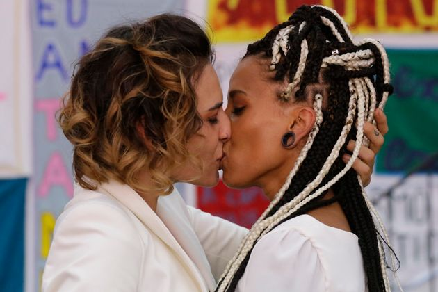 A artista Luana Hansen, 37 (à direita) e sua companheira Glaucia Figueiredo, 29, se beijam...