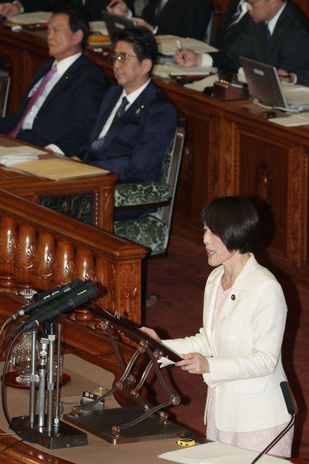 桜を見る会に注目が集まるきっかけとなる質疑をした共産党の田村智子参院議員(右)。12月2日の参院本会議でも質問に立った
