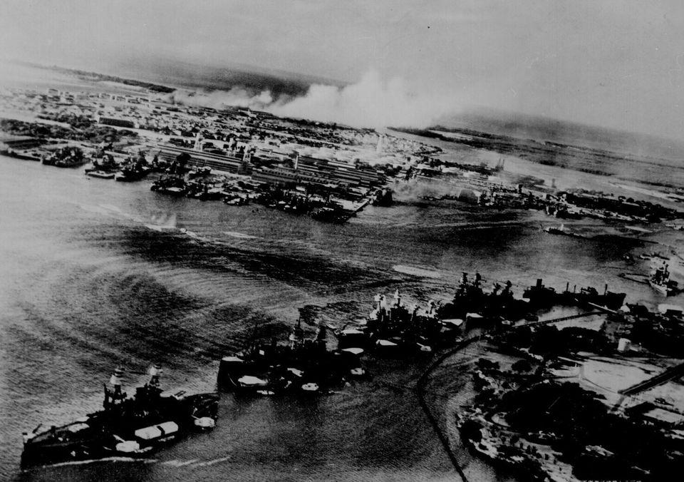 真珠湾攻撃で、奥のヒッカム飛行場から白煙が上がる。