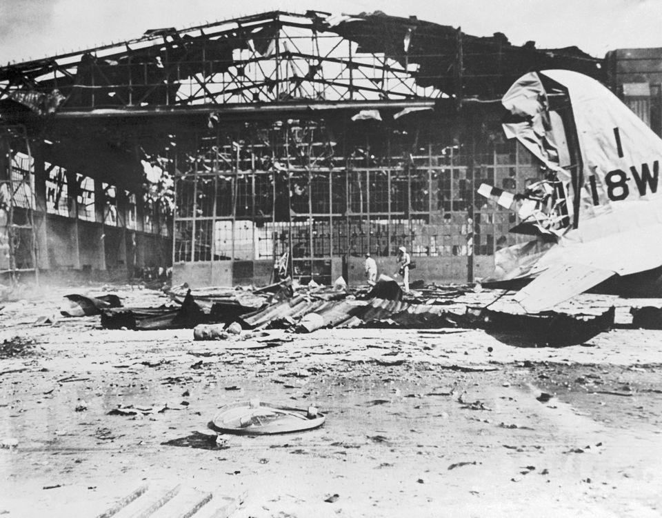 """オアフ島への奇襲で、日本の爆撃機が""""爆弾""""を投下したヒッカム飛行場。11番格納庫の光景"""