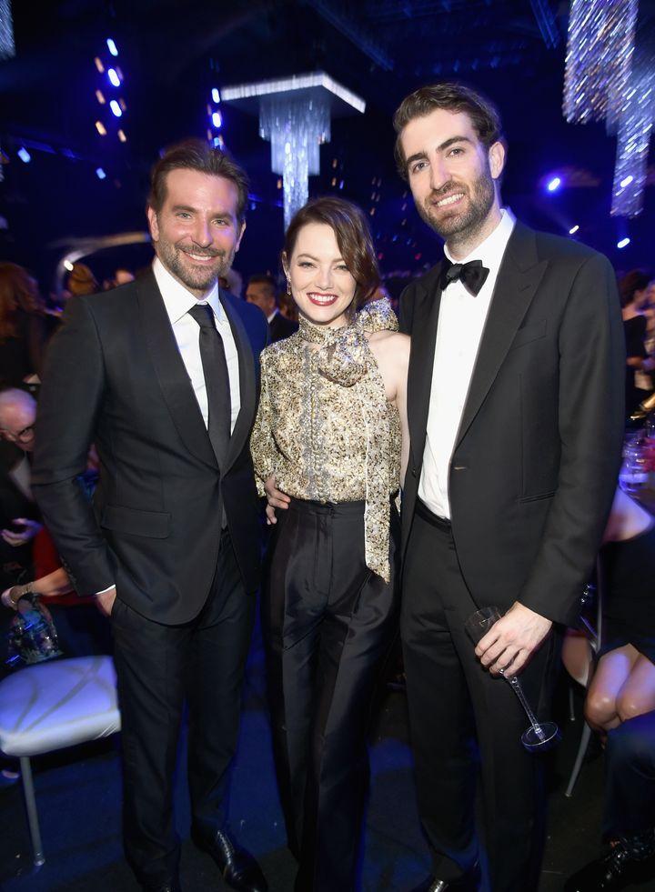 Από αριστερά: Ο Μπράντλεϊ Κούπερ, η Εμμα Στόουν και η Ντέιβ ΜακΚάρι στα Screen Actors Guild Awards.