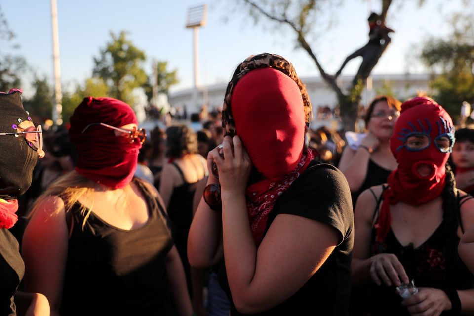 «Ο βιαστής είσαι εσύ» - Το τραγούδι που χορεύουν στους δρόμους οι γυναίκες στη