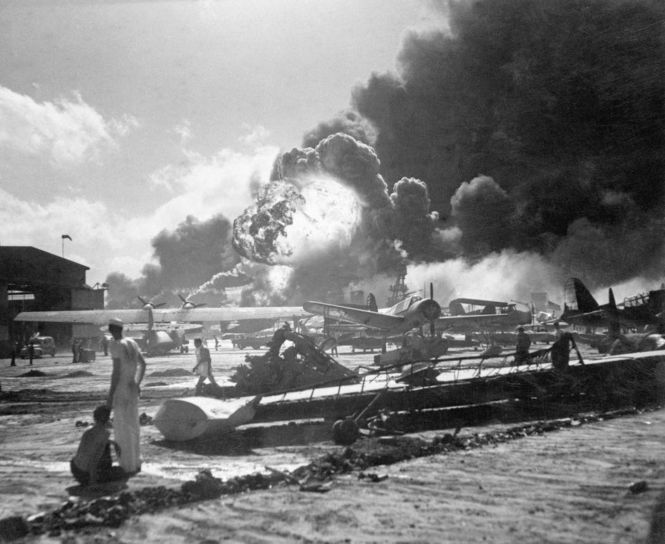日本海軍機動部隊から発進した航空部隊の奇襲攻撃を受けつつある米ハワイ諸島オアフ島真珠湾内にあるフォード島基地。手前は水上機、飛行艇基地。爆発あるいは炎上しているのは艦船群(アメリカ・ハワイ)12月7日