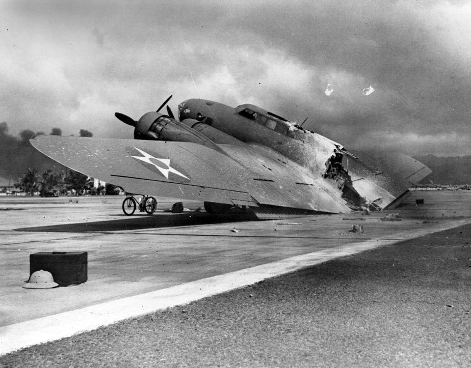 日本海軍機動部隊から発進した航空部隊の奇襲攻撃を浴び、撃破されたホノルルの米陸軍ヒッカム飛行場のB17重爆撃機(アメリカ・ホノルル)(資料写真)1941年12月7日(日本時間12月8日)
