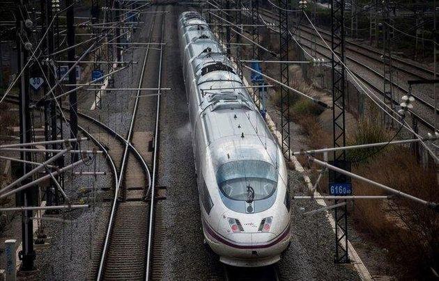 Un tren AVE sale de Barcelona, en una imagen de