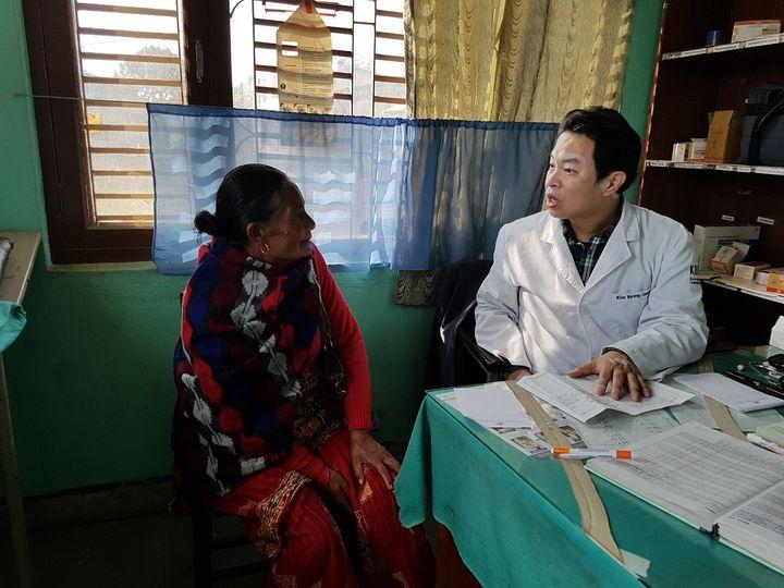 네팔에서 진료를 보고 있는 김병철 씨의 모습, 표정이 사뭇 진지해 보인다.