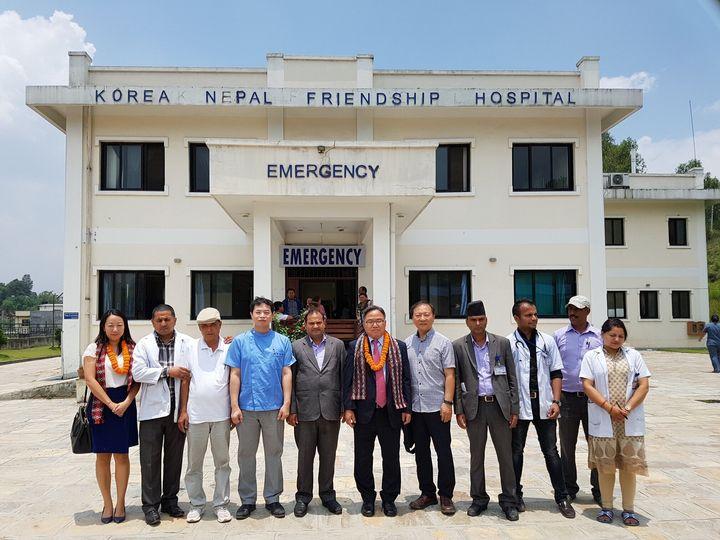 (왼쪽에서 네 번째) 한국-네팔 친선병원 앞에서 김병철 씨