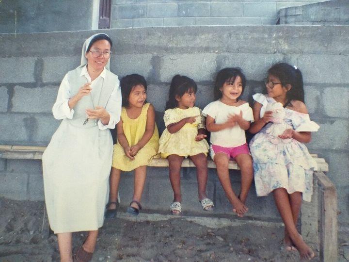 (왼쪽) 언제나 아이들과 함께 하는 김옥 수녀의 모습