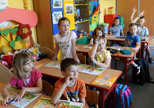 Una clase de primaria en Józefów (Polonia) en junio de