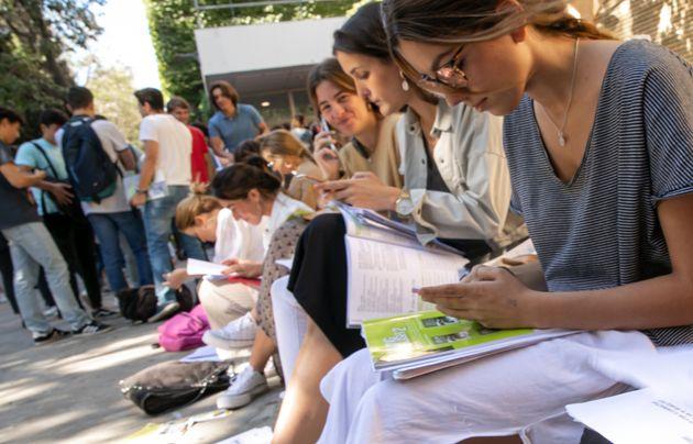 Estudiantes de Sevilla se preparan para realizar las pruebas de acceso a la