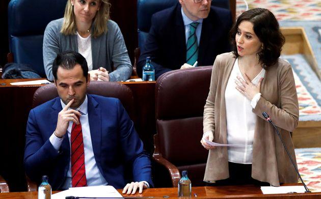 La presidenta de la Comunidad de Madrid, Isabel Díaz Ayuso (d) y su vicepresidente Ignacio Aguado