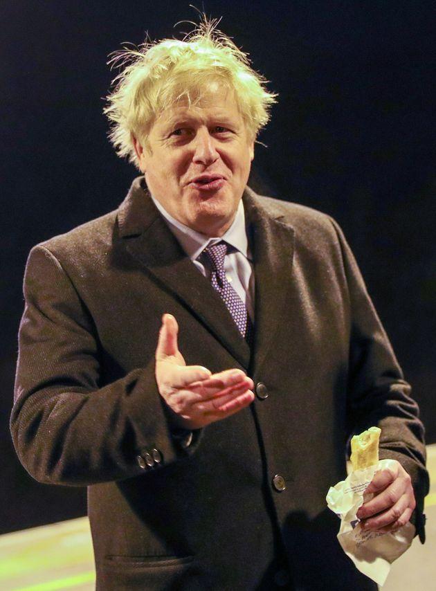 Le premier ministre britannique Boris Johnson sur le quai de la gare de Milton Keynes à Milton...