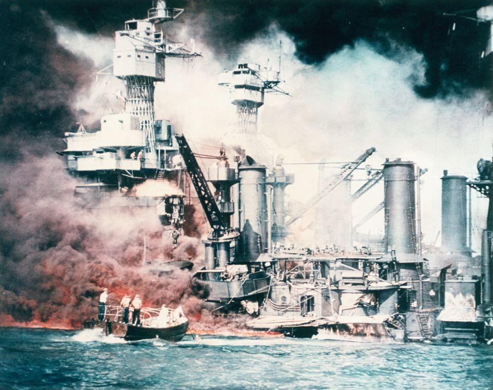 日本軍の攻撃を受け、爆発炎上する米戦艦ウェストバージニア(アメリカ・ハワイ)