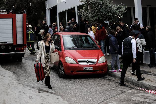 Φωτιά στη Συγγρού: Τρία άτομα με σοβαρά αναπνευστικά – Οι έρευνες για τα