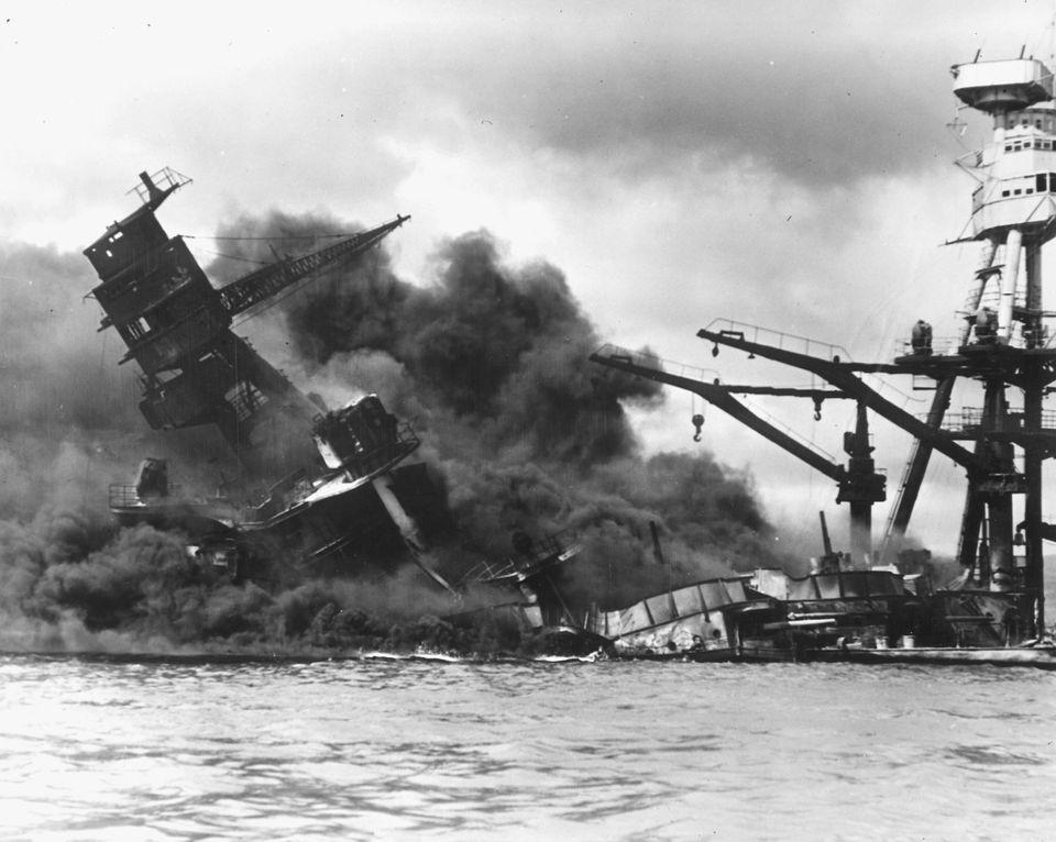 日本軍の空襲で沈む戦艦「アリゾナ」(12月7日)