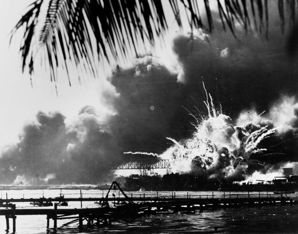 アメリカ海軍駆逐艦「ショー」の爆発の瞬間。12月7日、日本軍による2回目の攻撃で、前方弾薬庫が爆発した。