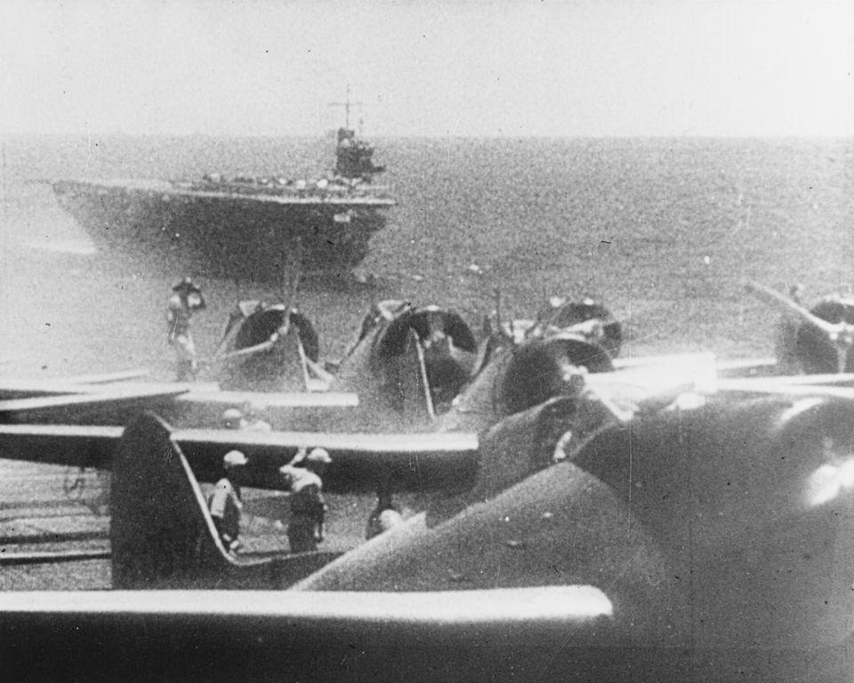12月7日、空母から出発の準備をする日本海軍の九九式艦上爆撃機。奥に映るのは空母「蒼龍」。