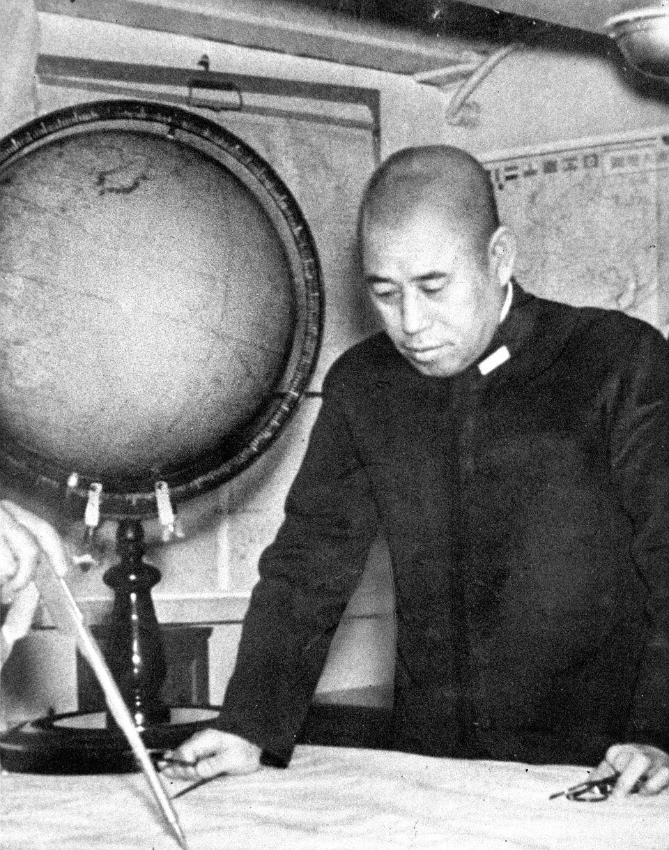 (資料写真)1940年、日本海軍連合艦隊司令長官時代の山本五十六海軍大将。1941年12月7日(日本時間12月8日)、太平洋戦争劈頭〔へきとう)のハワイ所在の米海軍真珠湾軍港奇襲攻撃を立案し、指揮下機動部隊を訓練してこれを実行させた。