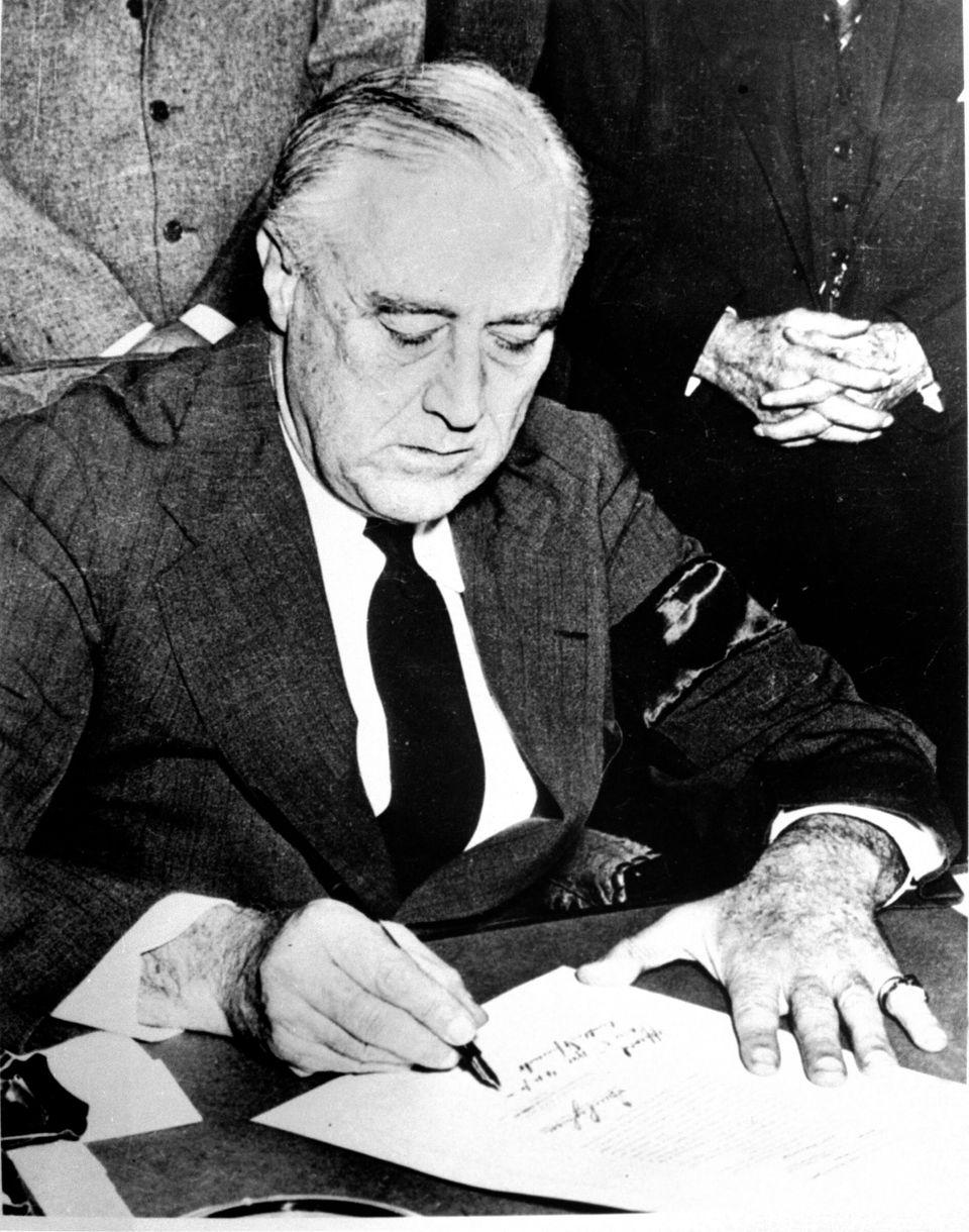 12月8日、日本への宣戦布告の署名をするフランクリン・ルーズベルト大統領。