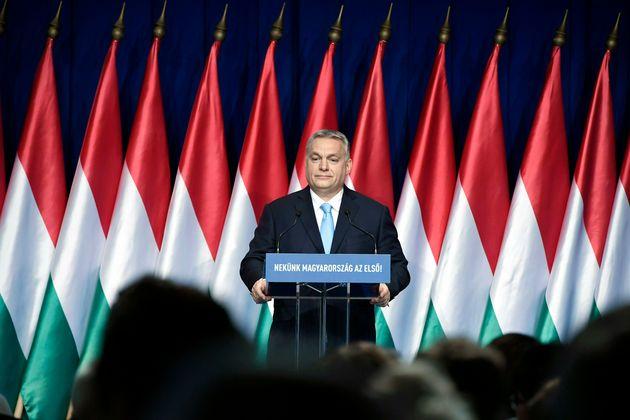 Il bavaglio di Orban. La censura si abbatte su Amnesty e Human Right
