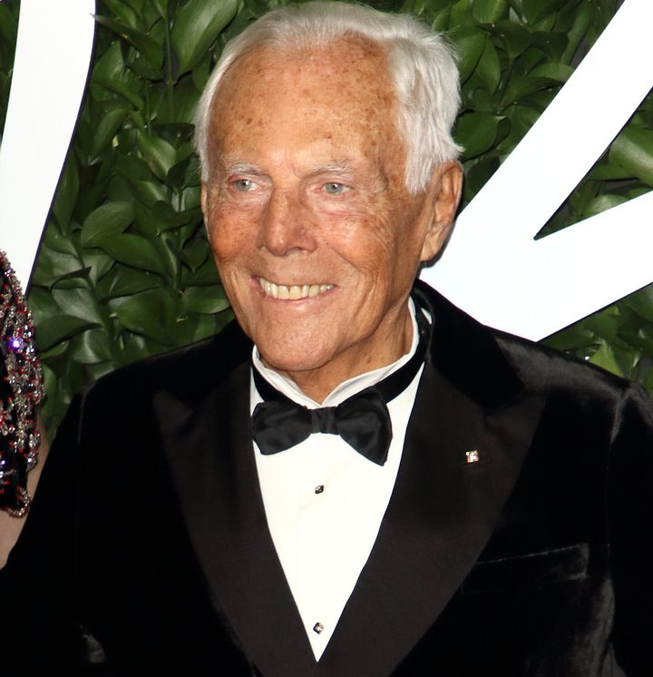 Ο 85χρονος Τζόρτζιο Αρμάνι στο κόκκινο χαλί των Fashion Awards 2019 κατά τη διάρκεια των οποίων τιμήθηκεγια τα δια βίου «εξαιρετικά επιτεύγματά» του.
