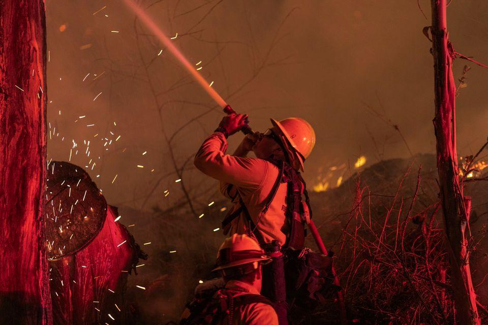 Los bomberos tratan de apagar el fuego en el sur de California el 1 de noviembre de