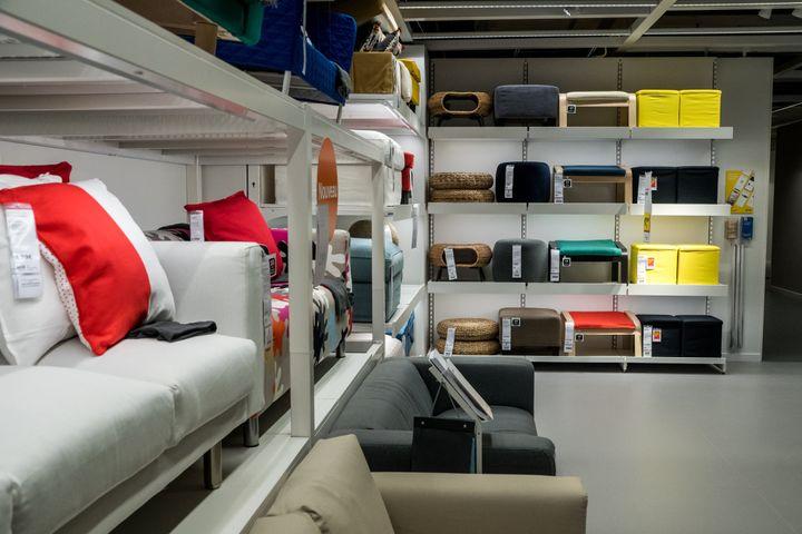 Sección de sofás en un establecimiento de Ikea.