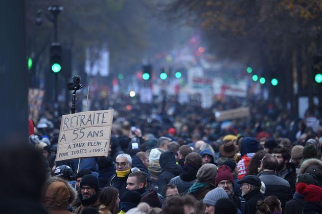 Γαλλία: Aπεργία κατά του συνταξιοδοτικού παραλύει τη χώρα - Επεισόδια και δακρυγόνα στο