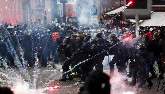 SCONTRI E ROGHI NEL CENTRO DI PARIGI - Francia paralizzata dagli