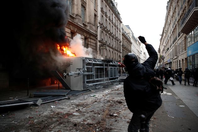Francia paralizzata dagli scioperi: scontri e roghi a Parigi. Macron si gioca la sua immagine di