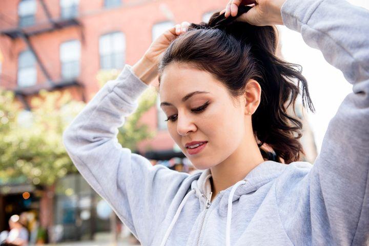 Muitas pessoas que usam rabo-de-cavalo sofrem dor de cabeça.