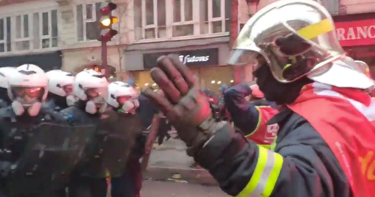 Grève du 5 décembre: Acclamés, les pompiers défilent en levant les mains et font reculer la police