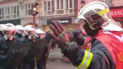 Acclamés, les pompiers défilent en levant les mains et font reculer la