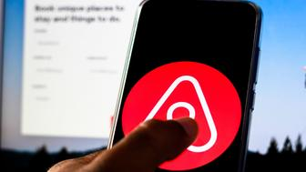BRAZIL - 2019/11/30: In this photo illustration the Airbnb logo is displayed on a smartphone. (Photo Illustration by Rafael Henrique/SOPA Images/LightRocket via Getty Images)