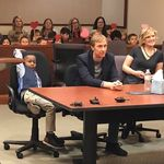 Είναι 5 χρονών κι είχε δίπλα του στο δικαστήριο για την υιοθεσία του όλους τους συμμαθητές του από το